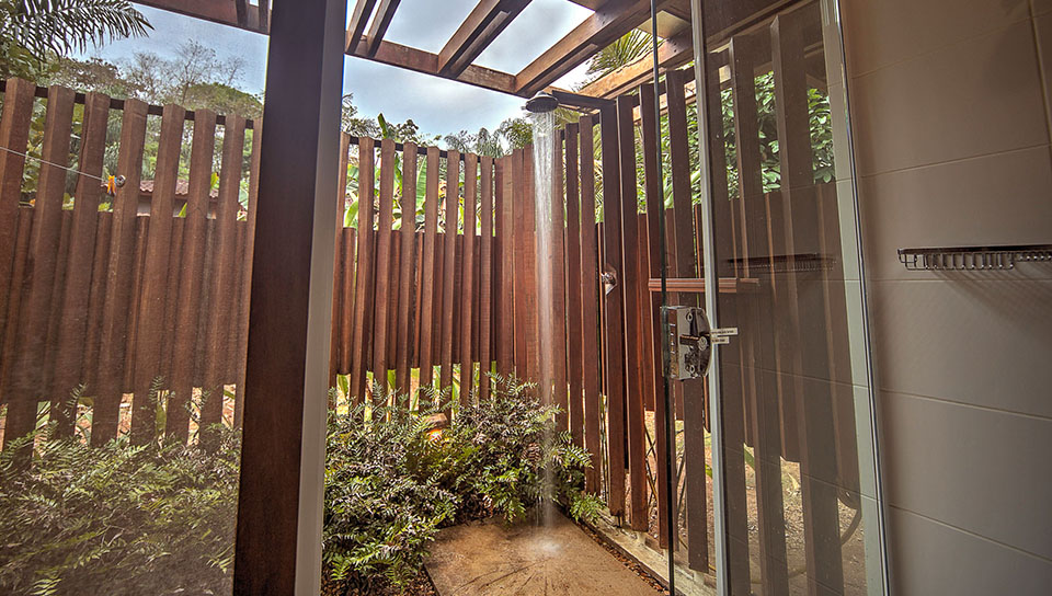 Outdoor shower with private garden - Photo by Samuel Melim